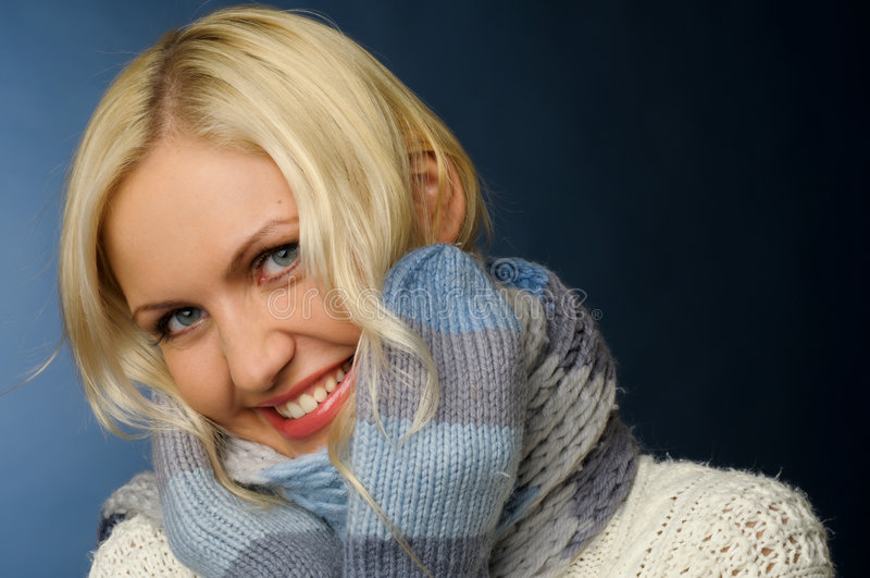 Blondes Mädchen in der Winterkleidung stockfotografie