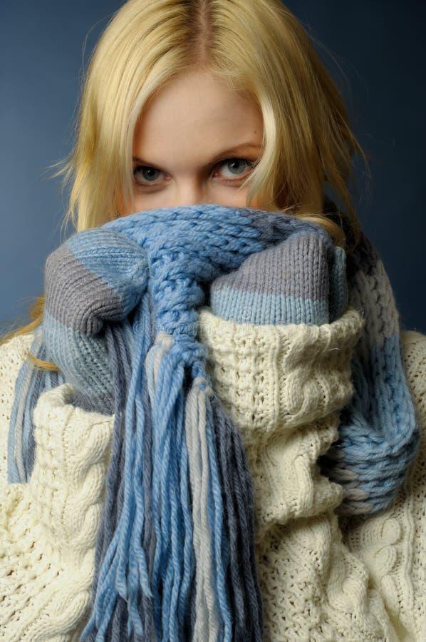Blondes Mädchen in der Winterkleidung lizenzfreies stockfoto
