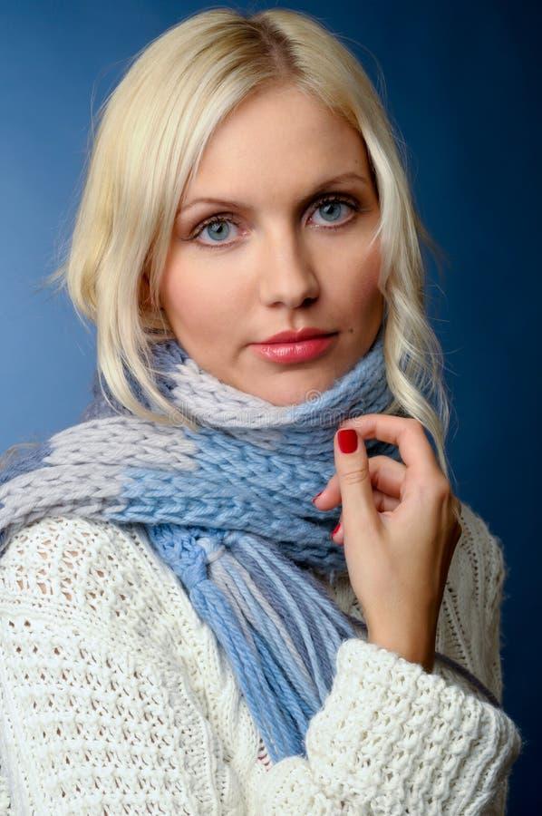 Blondes Mädchen in der Winterkleidung stockbild