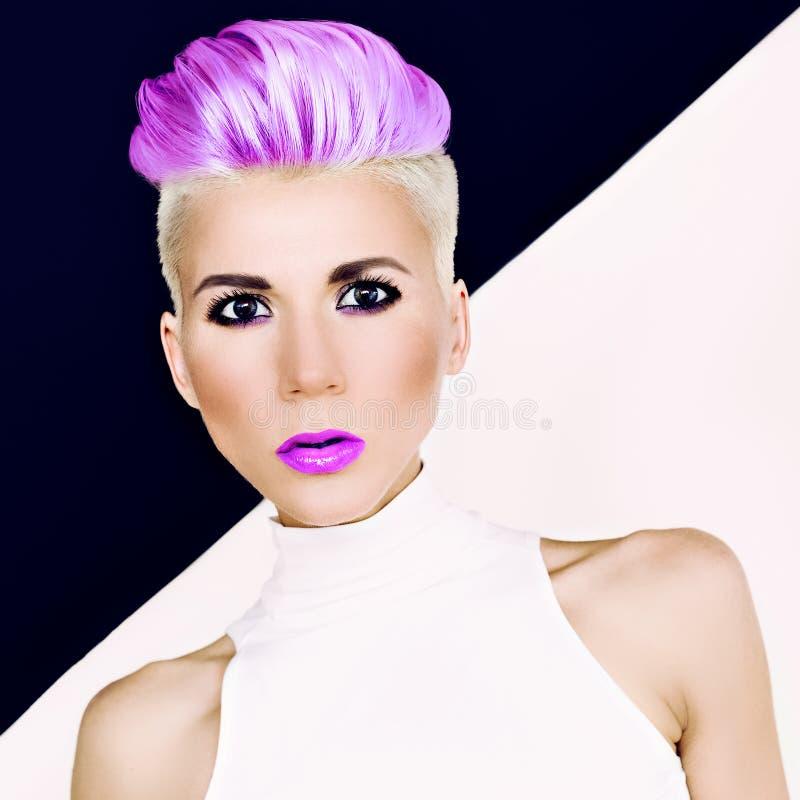 Blondes Mädchen des sinnlichen Porträts mit moderner Frisur lizenzfreie stockfotografie