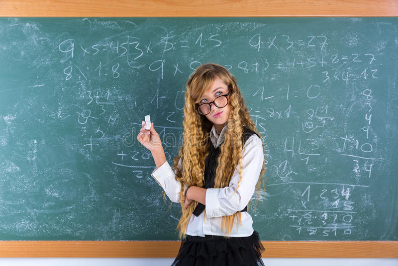 Blondes Mädchen des Sonderlingsschülers im grünen Brettschulmädchen stockbilder