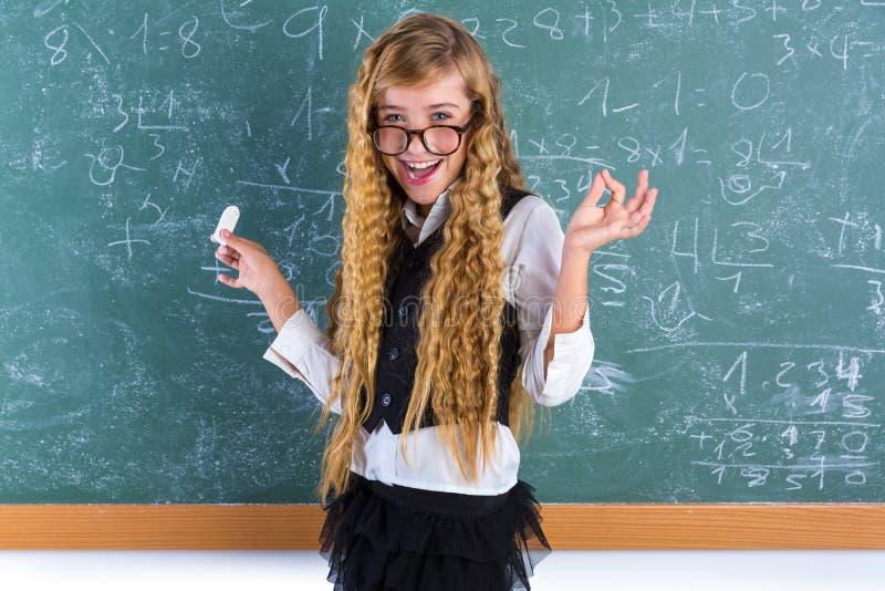 Blondes Mädchen des Sonderlingsschülers im grünen Brettschulmädchen lizenzfreie stockfotos