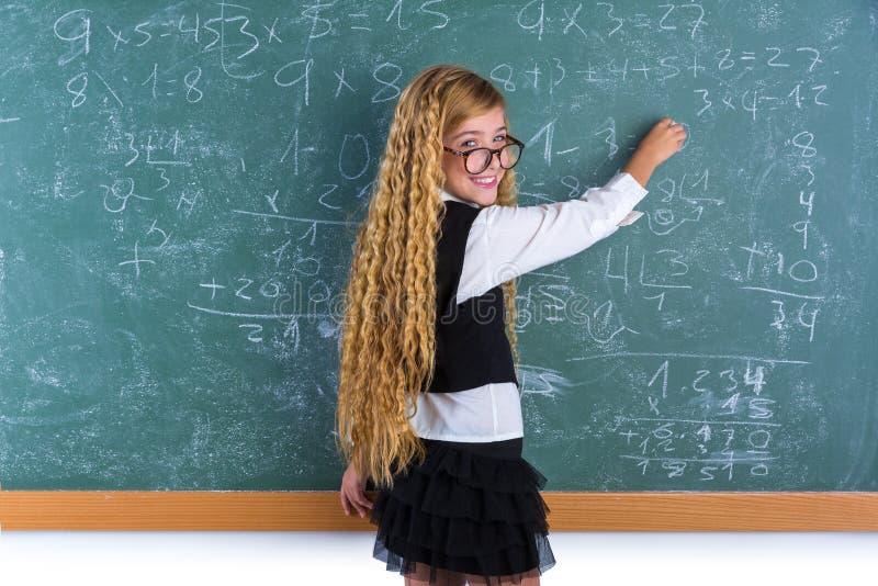 Blondes Mädchen des Sonderlingsschülers im grünen Brettschulmädchen stockfotografie