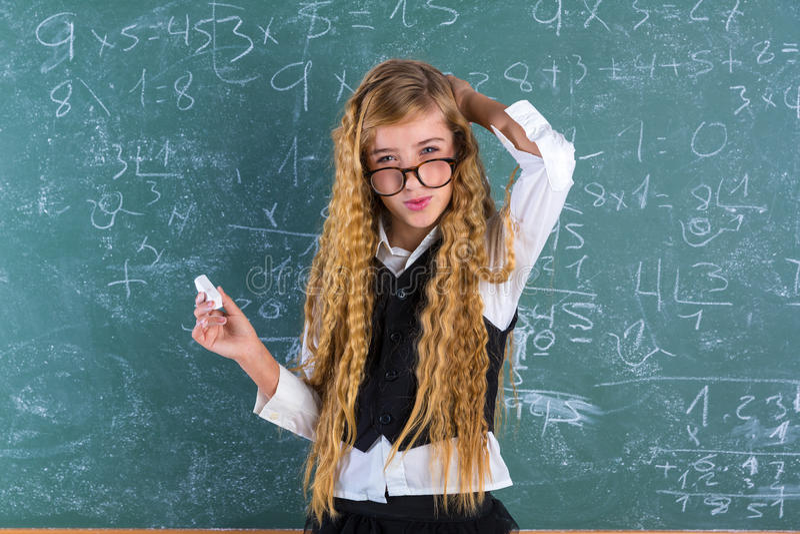 Blondes Mädchen des Sonderlingsschülers im grünen Brettschulmädchen stockfotos