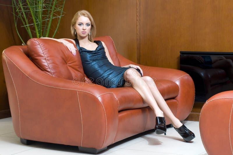 Blondes Mädchen im Büro stockfotografie