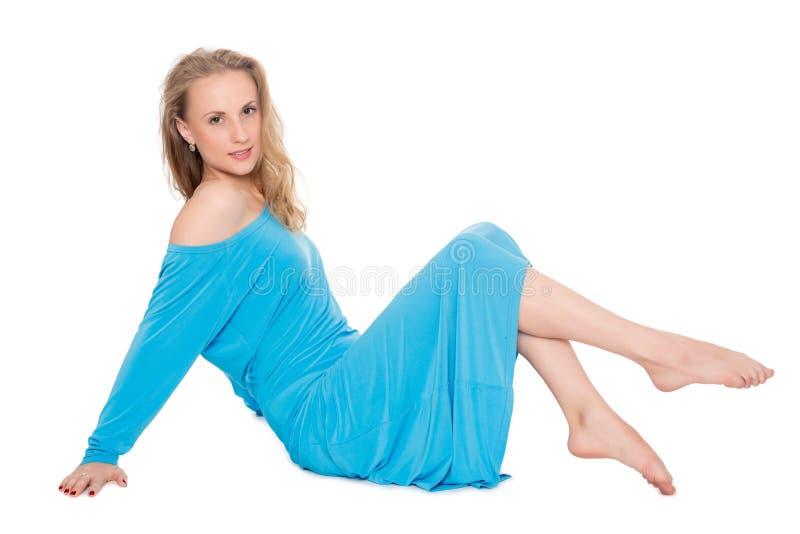 Blondes Mädchen im blauen Kleid auf Weiß lizenzfreies stockfoto