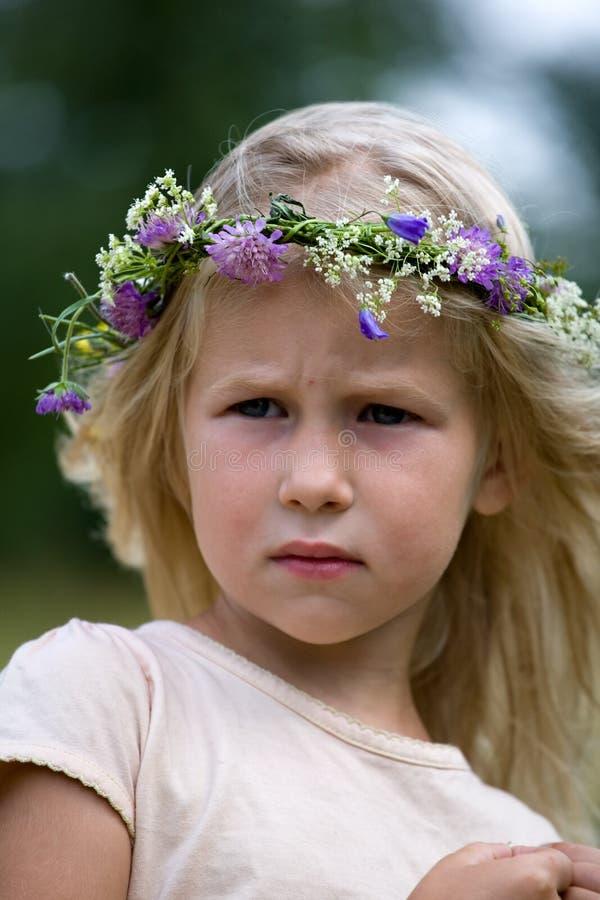 Blondes Mädchen im Blume Wreath lizenzfreies stockfoto