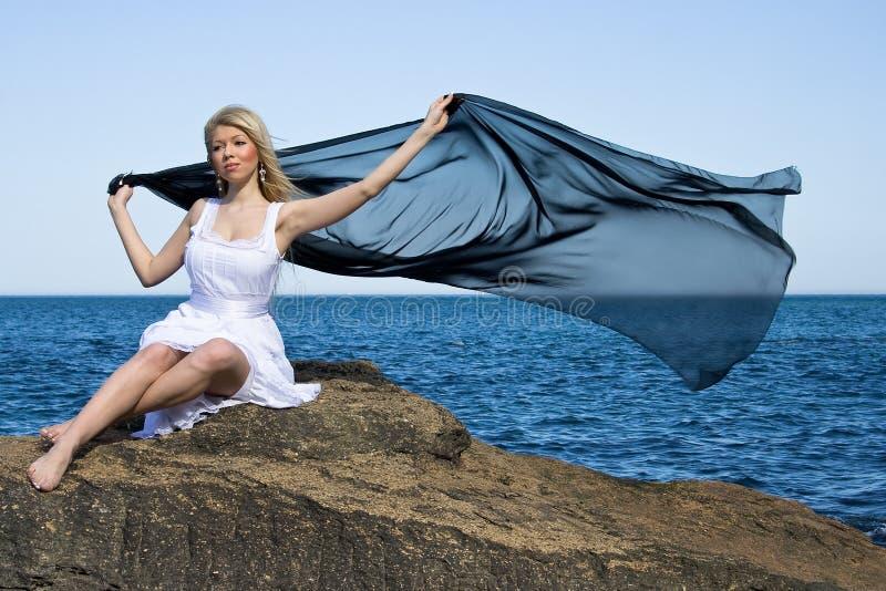 Blondes Mädchen im Meer lizenzfreie stockbilder