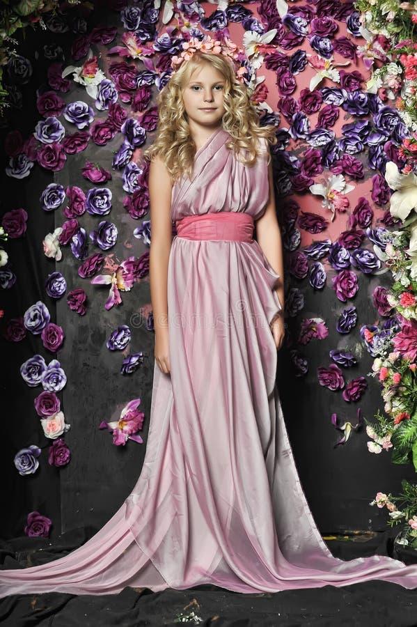 Blondes Mädchen im Rosa stockfoto