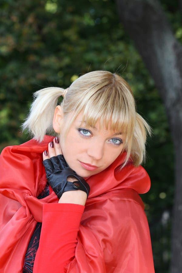 Blondes Mädchen im Rot lizenzfreie stockfotos