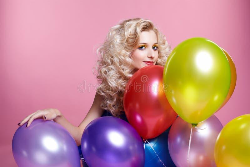 Blondes Mädchen mit Ballonen lizenzfreie stockfotos