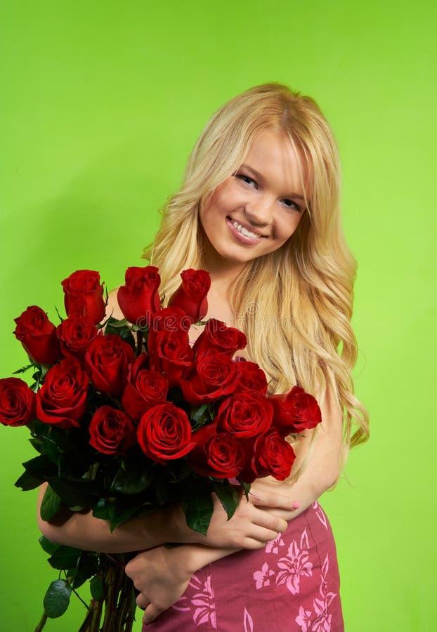 Blondes Mädchen mit Blumenstraußrosen lizenzfreie stockfotos