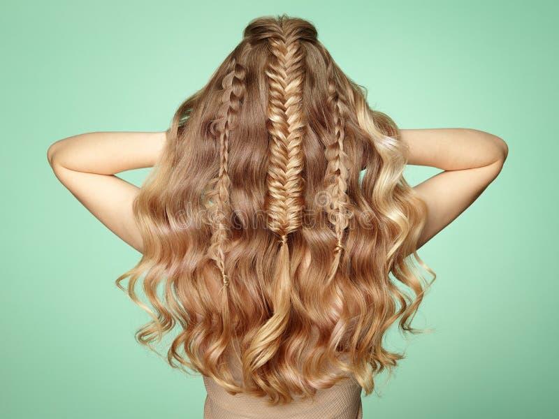 Blondes Mädchen mit dem langen und glänzenden gelockten Haar stockfoto