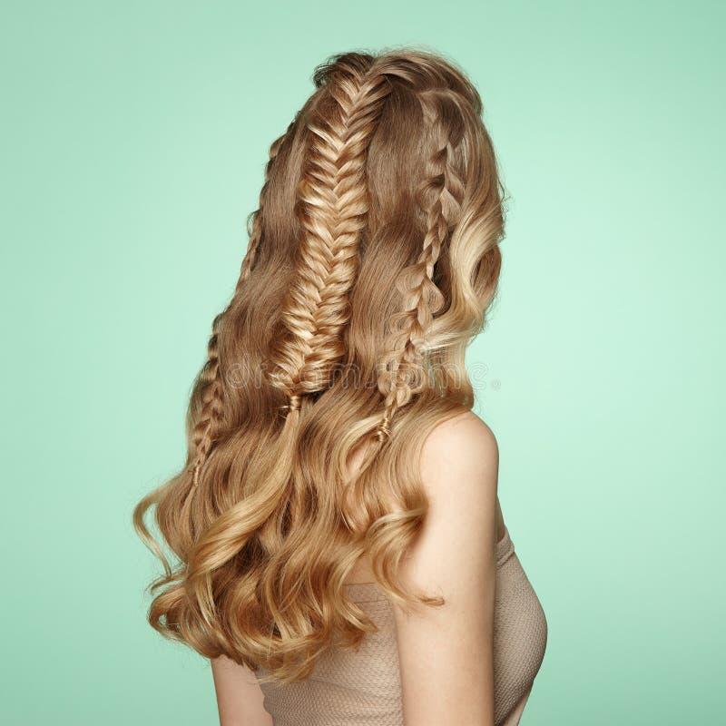 Blondes Mädchen mit dem langen und glänzenden gelockten Haar lizenzfreie stockbilder