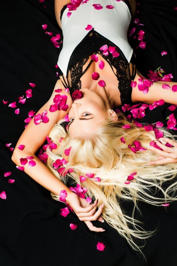 Blondes Mädchen mit dem langen und glänzenden gewellten Haar Schönes Modell mit Modefrisur Modische Haarschnitte stockbild