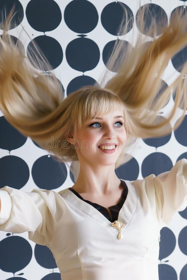 Blondes Mädchen mit einem üppigen Haar am Schönheitssalon stockfotografie