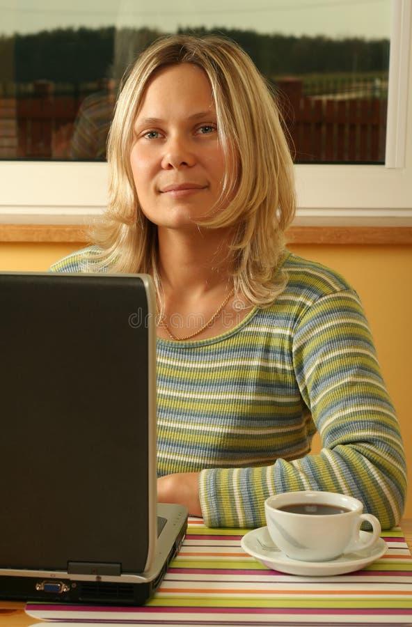 Blondes Mädchen mit einem Laptop lizenzfreies stockfoto