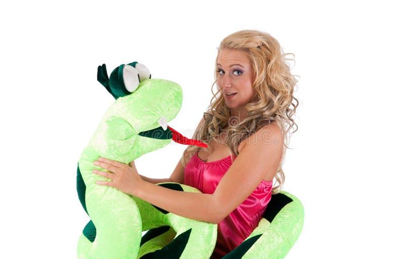 Blondes Mädchen mit einer Schlange stockfoto