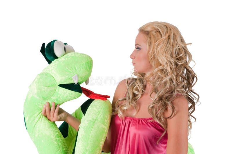 Blondes Mädchen mit einer Schlange lizenzfreies stockfoto