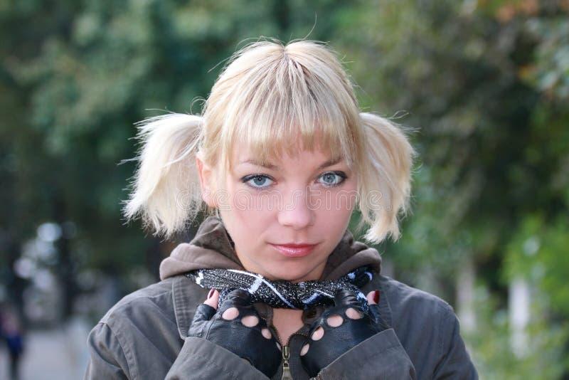 Blondes Mädchen mit grauen Augen stockbilder