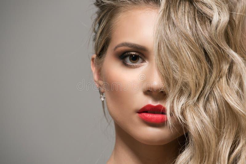 Blondes Mädchen mit lang und glänzendes gewelltes Haar des Volumens stockfotos