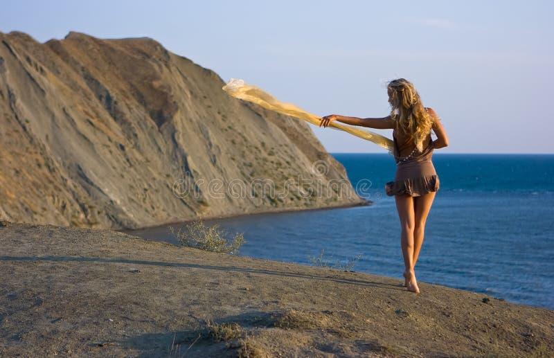 Blondes Mädchen mit Schal stockfotografie