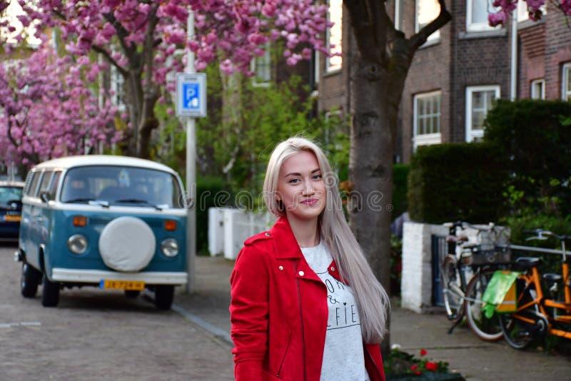 Blondes Mädchen nahe dem alten Autopackwagen stockfoto