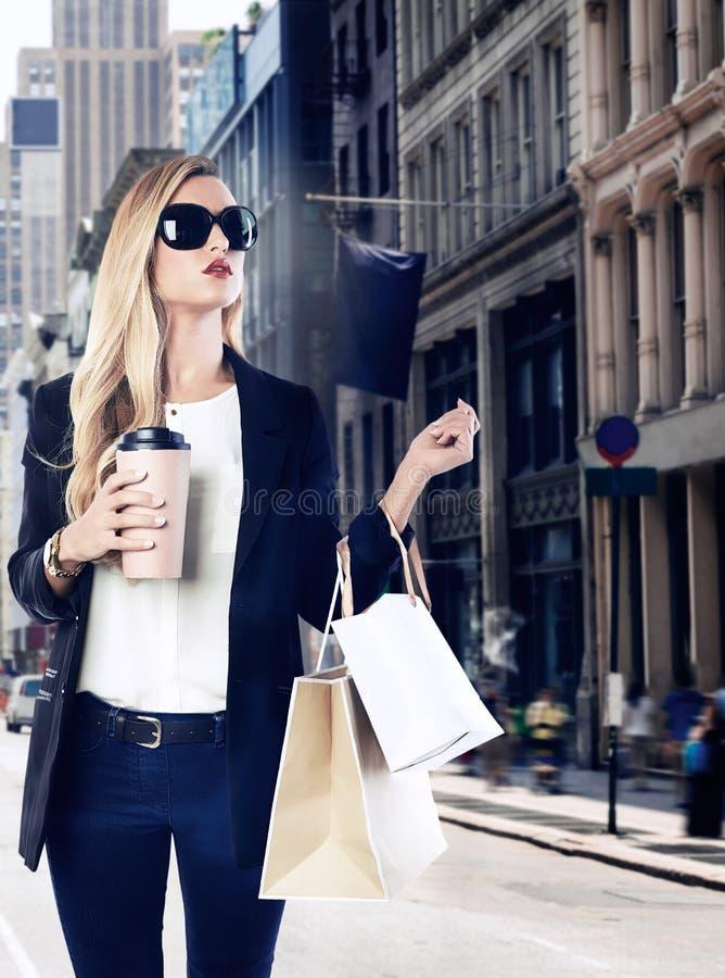Blondes Mädchen shopaholic in Manhattan Soho New York lizenzfreies stockfoto