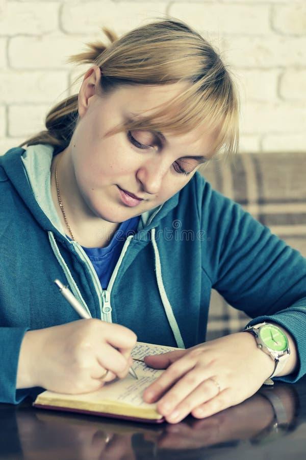 Blondes Mädchen, Student, analysieren, Kaffeestube, wifi Zone lizenzfreie stockfotos