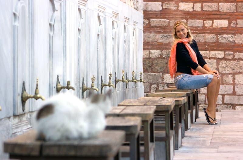 Blondes Mädchen und Katze lizenzfreies stockbild