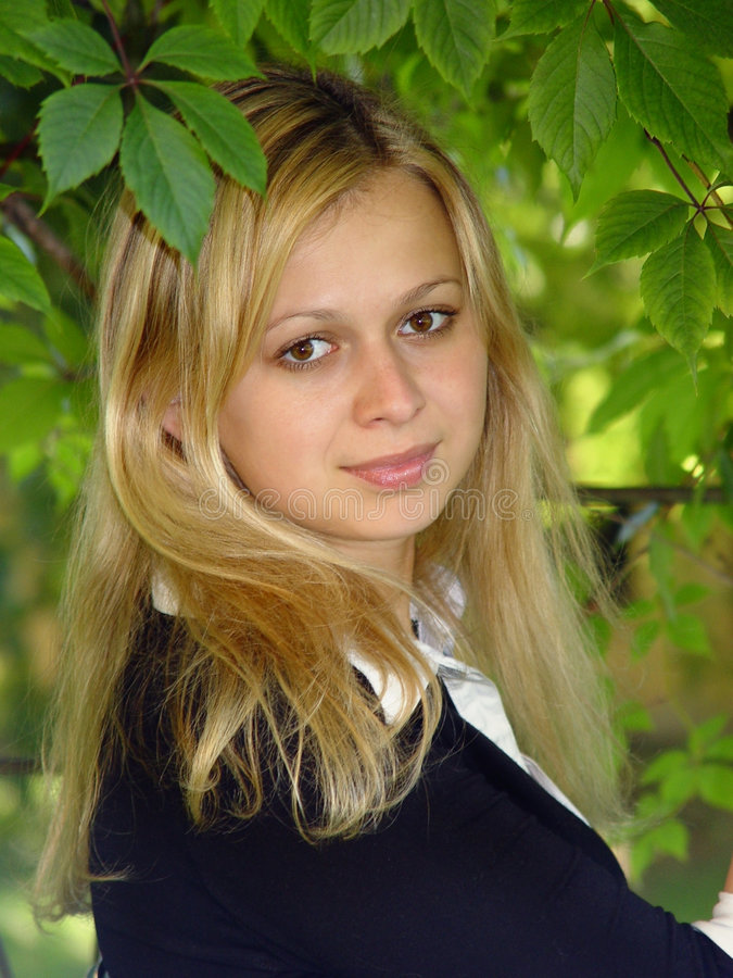 Blondes Mädchenlächeln lizenzfreie stockfotos