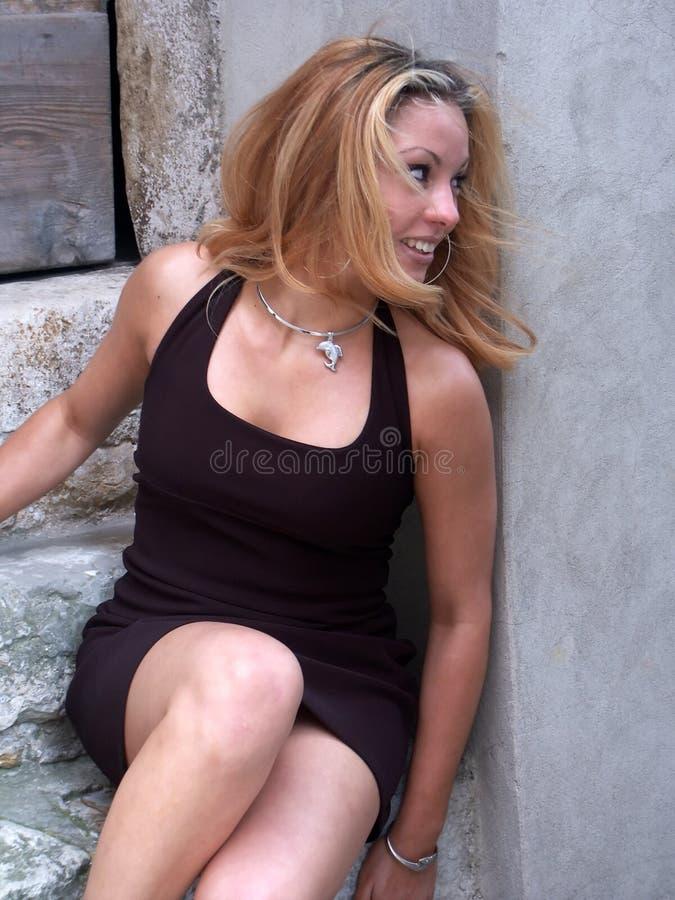 Blondes Mädchenlachen lizenzfreie stockfotografie