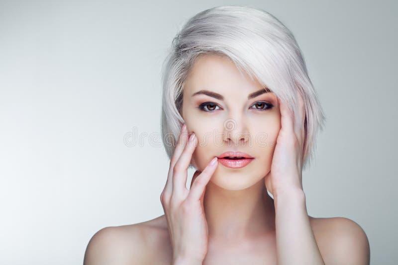 Blondes Modell mit braunen Augen stockfotografie