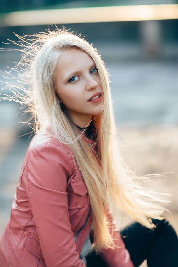 Blondes Porträt der Schönheit mit Wind in ihrem Haar auf sonnigem DA stockfotos
