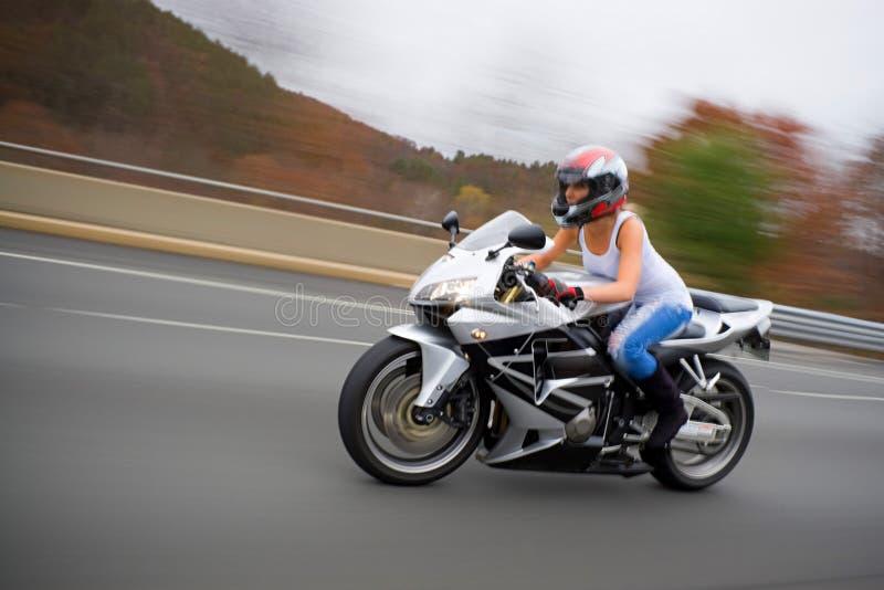 Blondes Radfahrer-Mädchen lizenzfreies stockfoto