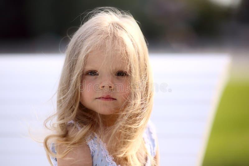 Blondes trauriges kleines Mädchen lizenzfreie stockfotografie