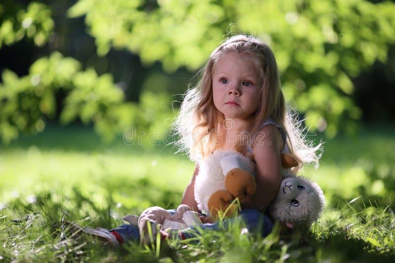 Blondes trauriges kleines Mädchen stockbilder