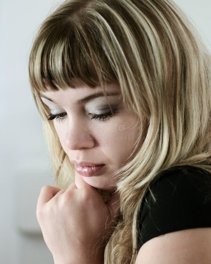 Blondes trauriges Mädchen lizenzfreie stockfotografie