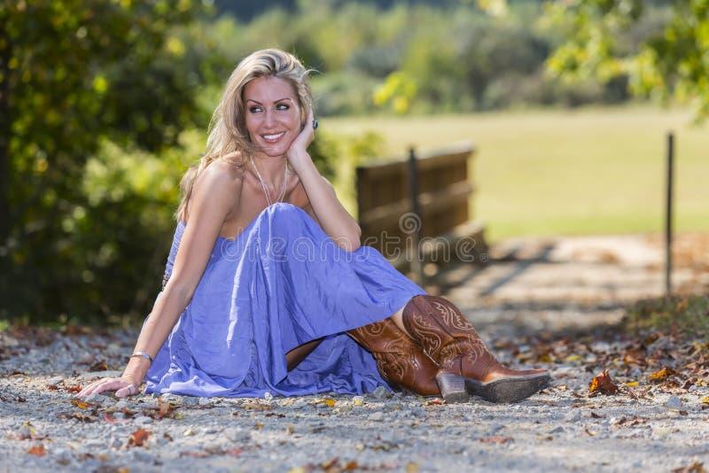 Blondes vorbildliches In eine ländliche Umwelt lizenzfreie stockfotografie