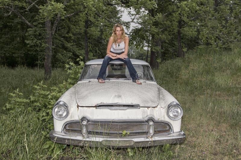 Blondes vorbildliches Posing With ein Weinlese-Auto stockbild