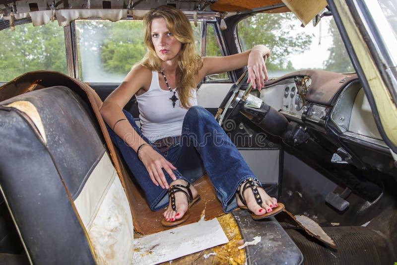 Blondes vorbildliches Posing With ein Weinlese-Auto lizenzfreie stockfotos