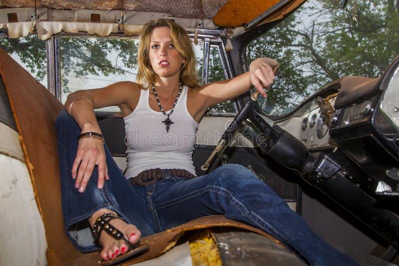 Blondes vorbildliches Posing With ein Weinlese-Auto lizenzfreies stockfoto