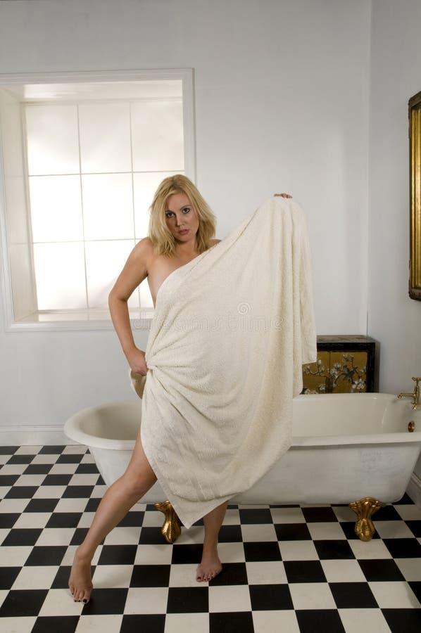 Blondevrouw in badhanddoek royalty-vrije stock foto