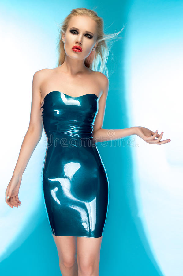 Blondevrouw in blauwe latexkleding royalty-vrije stock fotografie