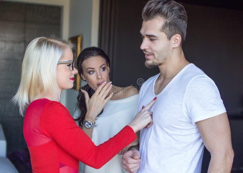 Mannen die met andere vrouwen flirten