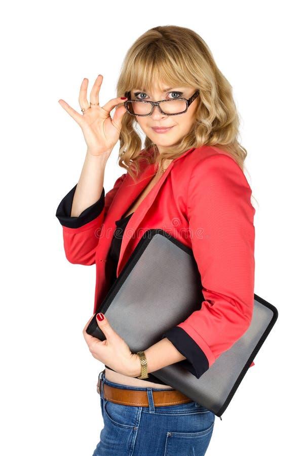 Blondevrouw die in rood jasje met omslag over haar glazen kijken royalty-vrije stock fotografie