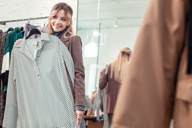 Blondevrouw die terwijl in het weekend het winkelen glimlachen stock afbeelding