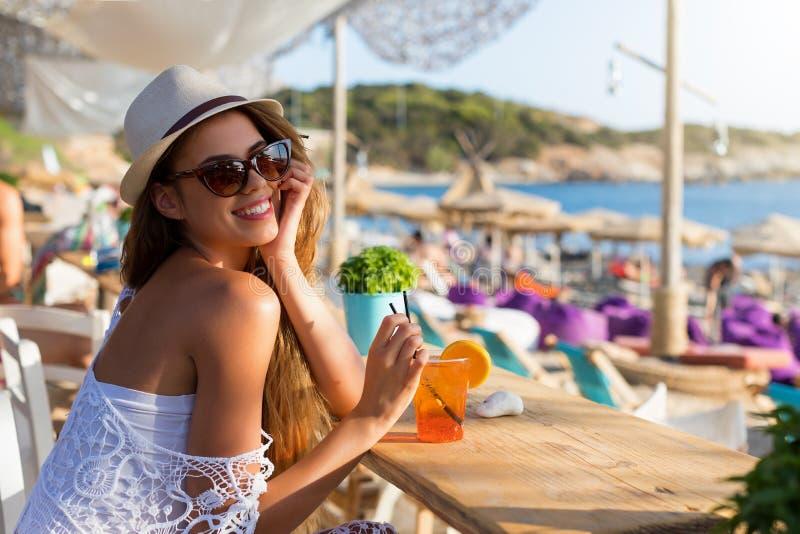 Blondevrouw in een strandbar op haar vakantie royalty-vrije stock fotografie