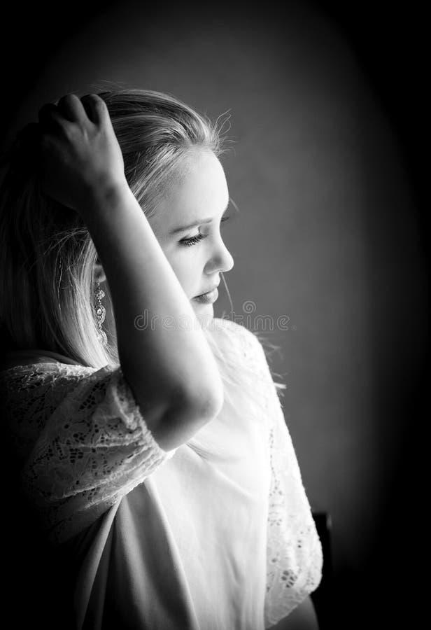 Download Blondevrouw In Gedachte Die In Zwart-witte Zwart-wit Wordt Verloren Stock Foto - Afbeelding bestaande uit meisje, zwart: 114225792