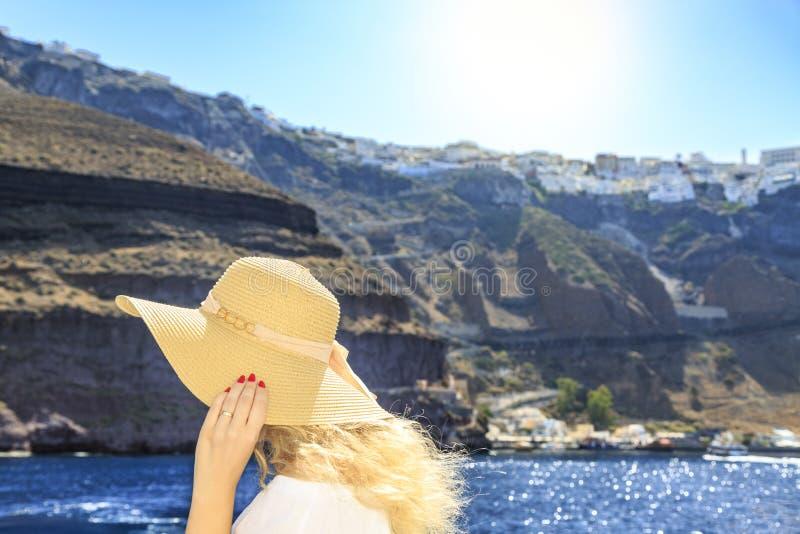 Blondevrouw het aankomen haven van Fira in Santorini, Griekenland royalty-vrije stock afbeelding